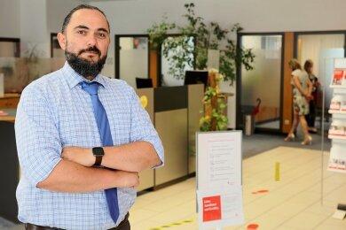 Rico Übensee leitet die Pölbitzer Sparkassen-Filiale, die sich an der Leipziger Straße befindet. Um Betrug zu verhindern, sei es wichtig, die Kunden gut zu kennen, sagt der 45-Jährige.
