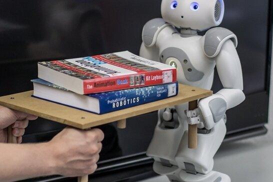 Nicht R2-D2, nicht C-3PO, sondern Roboter Gerry weiß, wie schwer gedrucktes Wissen sein kann.