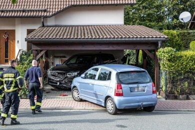 Sowohl der Kia als auch das geparkte Auto wurden bei dem Unfall schwer beschädigt.