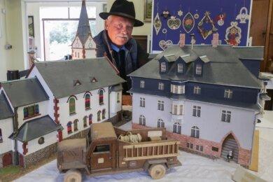 Der Bräunsdorfer Jürgen Sittner baut vor allem Modelle von Gebäuden seiner Heimat. Entstanden sind dabei etwa der Miniaturnachbau der Kirche und des Rathauses. Doch auch Spielzeug fertigt der 71-Jährige an.