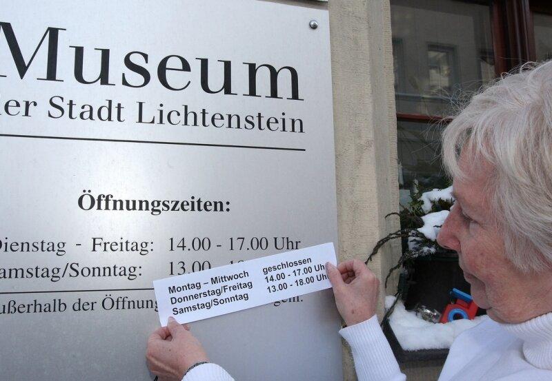 Seit zwölf Jahren arbeitet Gisela Berger im Stadtmuseum. Nun brachte sie ein Schild mit den neuen Öffnungszeiten an. Künftig ist das Haus montags bis mittwochs geschlossen.