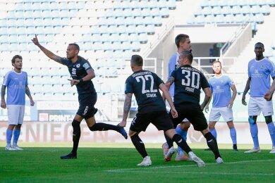 Torjubel beim Schützen des 1:0, Steffen Nkansah (mit erhobenem Arm) und seinen Braunschweigern, Schockstarre bei den Chemnitzern.
