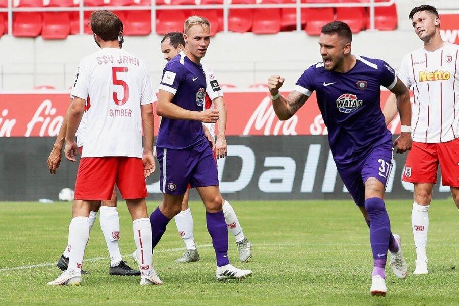 Pascal Testroet (Zweiter von rechts) erzielte vergangene Saison beim 2:1-Sieg in Regensburg am letzten Spieltag den zwischenzeitlichen Ausgleich. Nicht nur wegen seines Tores verknüpft der Auer Stürmer positive Erinnerungen mit den Auswärtspartien beim Jahn.