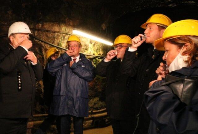 Politikprominenz in Pöhla: Frank Weißflog, Armin Laschet, Frank Vogel, Michael Kretschmer und Susanne Laschet (von links) stoßen in den Zinnkammern mit Bergmannsschnaps an.