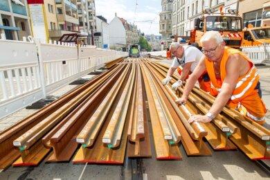 Drei Firmen sind derzeit an der Sanierung der Straßenbahngleise auf der Plauener Bahnhofstraße beteiligt. Zeitgleich lässt das Verkehrsunternehmen auch an anderen Stellen im Stadtgebiet Reparaturarbeiten ausführen.