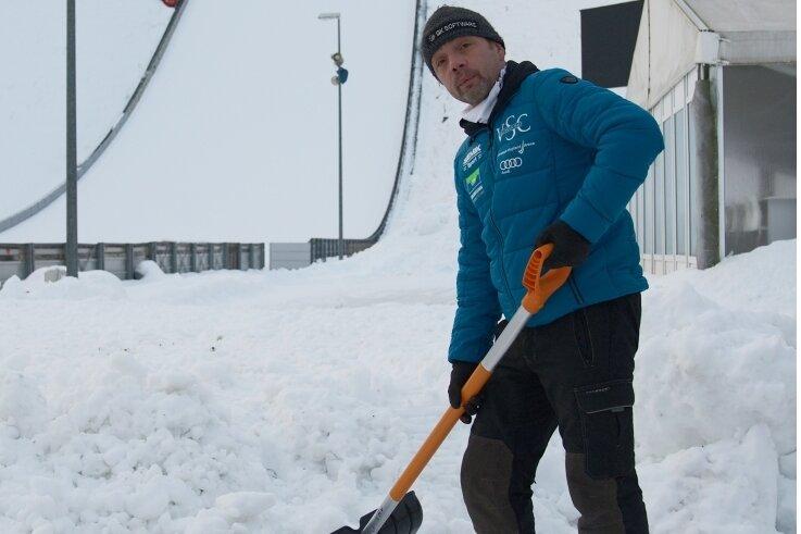 Kai Laukner vom Organisationsteam des VSC Klingenthal nimmt sich der Schneemassen im Schanzenauslauf an.