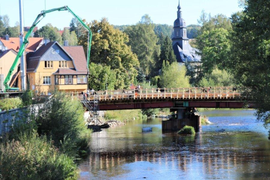 Der Ersatzneubau der Kirchenbrücke in Flöha geht voran. Vergangene Woche wurde Beton eingebaut. Die Brücke soll im Dezember 2020 fertiggestellt sein. Zurzeit ist die B 180 in Flöha gesperrt.