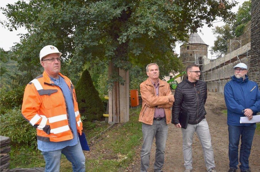 Spesa-Projektleiter Gerald Jech (links) und Bauplaner Thomas Schafferhans (2. von rechts) informierten am Dienstag über den Stand der Sanierung auf der Burgruine Elsterberg. Bei dem Rundgang dabei waren unter anderem der stellvertretende Vorsitzende des Heimatvereins, Klaus Hiemisch, und Bürgermeister Sandro Bauroth (rechts). Im Hintergrund ist die untere Schlossmauer zu sehen, die derzeit noch eingerüstet ist.