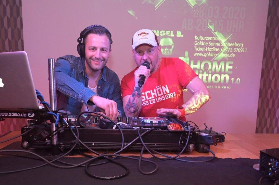 """Robert Bär (li.) und Engel B Falk Engert haben in der """"Goldnen Sonne"""" aufgelegt. Aus der Not machte das Kulturzentrum eine Tugend und verlagerte die Ü30-Party ins Netz."""