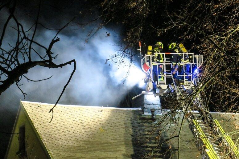 Die Feuerwehr musste das Dach kühlen, damit das Feuer sich nicht weiter ausbreitet.