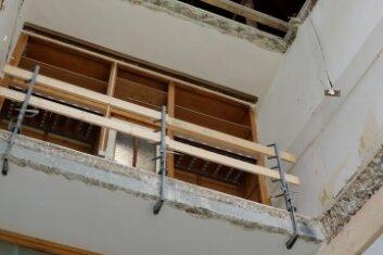 Der alte Anbau ist derzeit bis unter das Dach aufgerissen und erhält ein Treppenhaus.