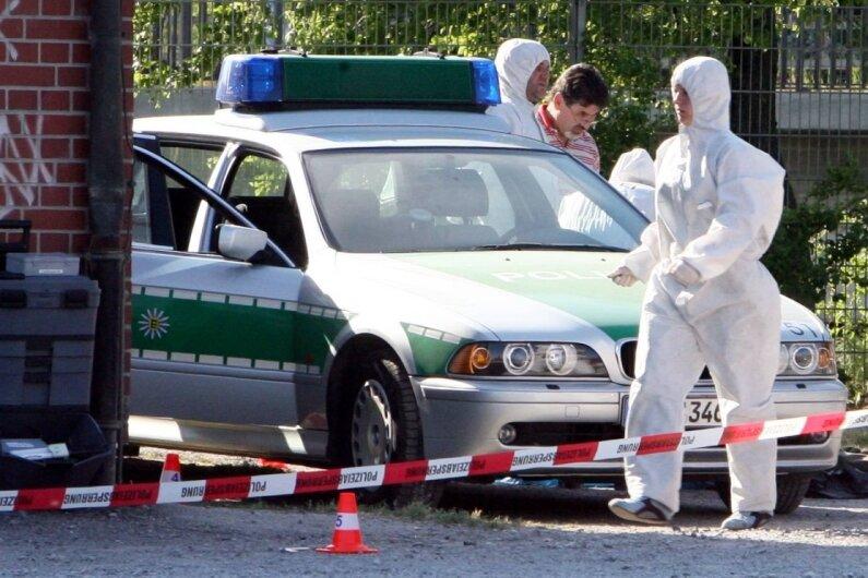25. April 2007: Beamte der Spurensicherung arbeiten am Tatort auf der Heilbronner Theresienwiese. Dort waren die Polizeibeamtin Michèle Kiesewetter getötet und ihr Kollege schwer verletzt worden.