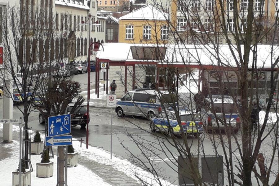 Fünf Polizeifahrzeuge und ein Rettungswagen sind am Montagmittag zu einem Döner-Laden ausgerückt.