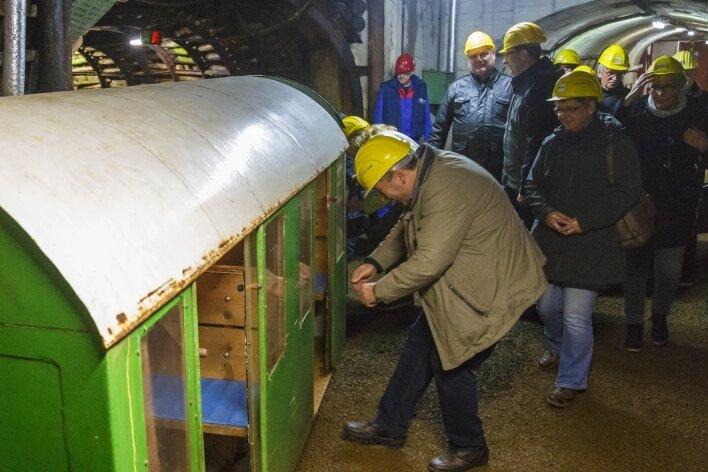 Besucher einer Veranstaltung in den Zinnkammern steigen in die Grubenbahn, die sie drei Kilometer weit in den Berg hinein bringt.