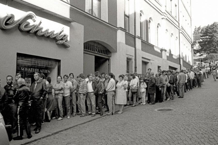 Schlange vor dem Geschäft in der Weinkellerstraße.