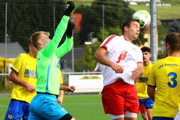 Der Neudorfer Thomas Löser (r.) kommt in dieser Szene noch vor dem Zwönitzer Torwart Toni Piefke (l.) an den Ball. Nach abwechslungsreichen 90 Minuten trennen sich beide Teams mit einem 3:3.