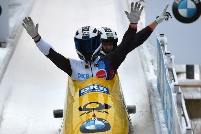 Pilot Francesco Friedrich und Anschieber Martin Grothkopp jubeln über ihren Triumph im Zweier.