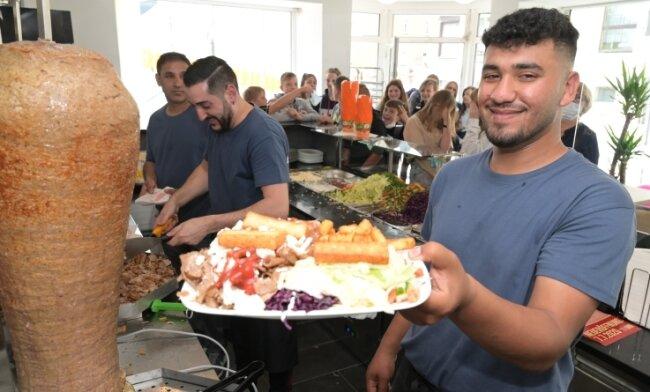 Mahmoud Alsaleh gehört zum Mitarbeiterteam im neu eröffneten Ost-Eck in Zschorlau.