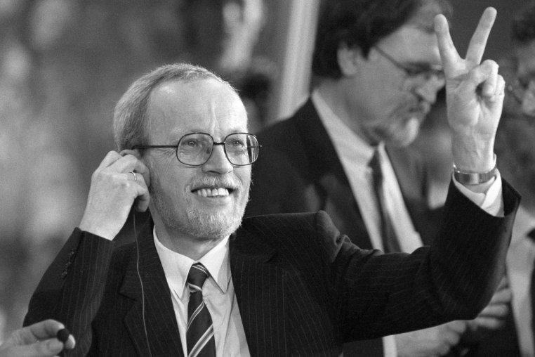 Sieg! CDU-Chef Lothar de Maizière freut sich am Wahlabend mit dem Victory-Zeichen.