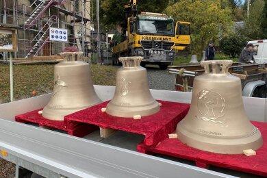 usammen sind sie 660 Kilo schwer: die drei neuen Glocken für die Kirche im Klingenthaler Ortsteil Zwota. Am Montag wurden sie in den Turm gebracht. Im Advent sollen sie erstmals erklingen.