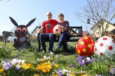 Zwischen bunten Blumen und ebenso bemalten Ostereiern: Krügers haben es sich in ihrem Garten gemütlich gemacht.