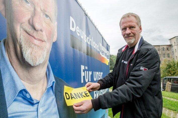 """Thomas Dietz verpasste am Montag seine Wahlplakate mit einem """"Danke"""" an seine Wähler. Er erhielt 31,7 Prozent der Stimmen, knapp 10.000 Stimmen mehr als Amtsinhaber Alexander Krauß von der CDU."""