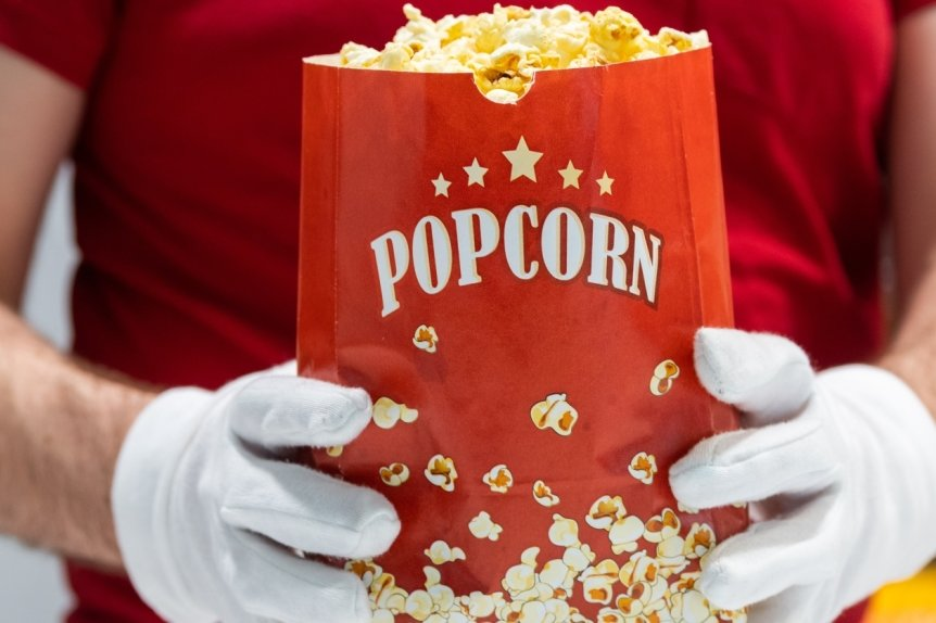 Filme schauen ohne Popcorn? Eigentlich undenkbar. Trotz Maskenpflicht im Kino darf der Gesichtsschutz am eigenen Platz abgenommen und mit der Popcorntüte geknistert werden.