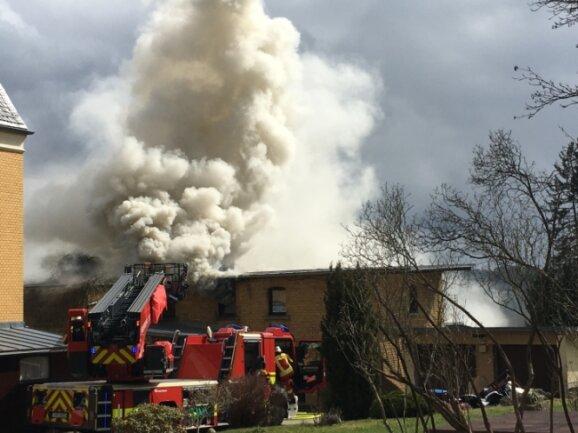 Das Feuer war im Dachboden eines massiven Hinterhauses ausgebrochen. Rund dreieinhalb Stunden dauerte der Einsatz, 65 Kräfte verschiedener Feuerwehren waren im Einsatz.