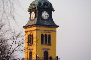 """Vier Musiker spielen als Hoffnungszeichen """"Weißt du, wie viel Sternlein stehen"""" und mehr vom Turm der Stadtkirche Augustusburg."""