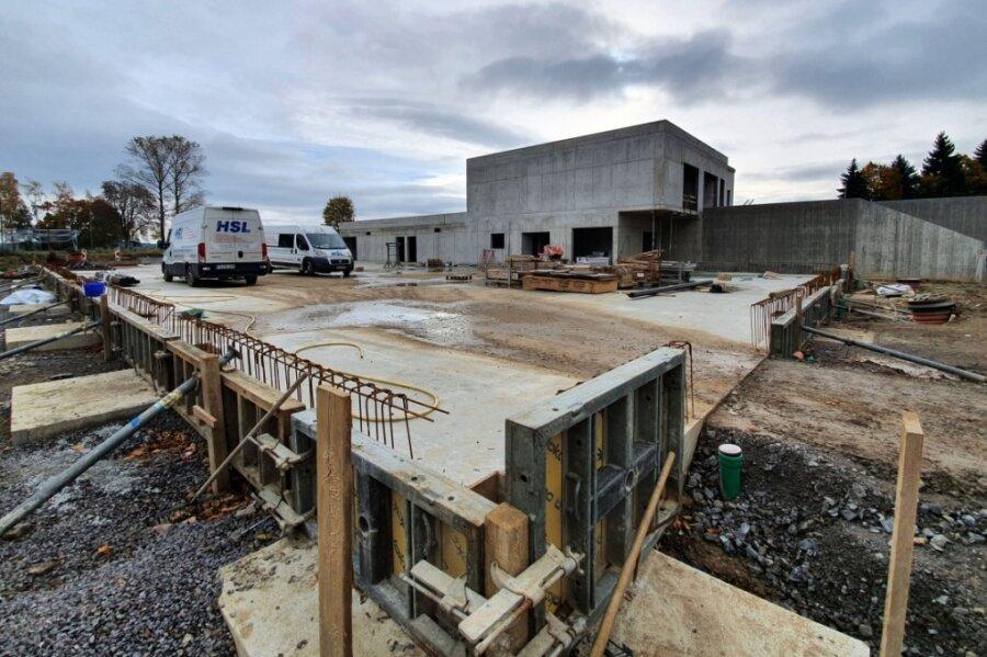 Weit vorangeschritten sind die Arbeiten am massiven Zwischenbau. Für die Schule und die Turnhalle steht bisher nur das Fundament.