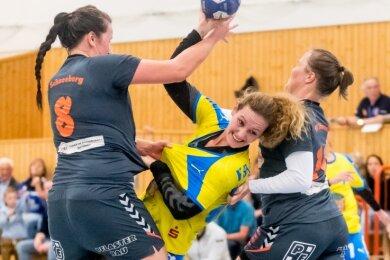 Nachdem Marcela Splechtova (Mitte) in Abwesenheit von Lucie Hribova als Spielertrainerin ausgeholfen hatte, konnte sie sich gegen Schneeberg wieder aufs Torewerfen konzentrieren und traf siebenmal.