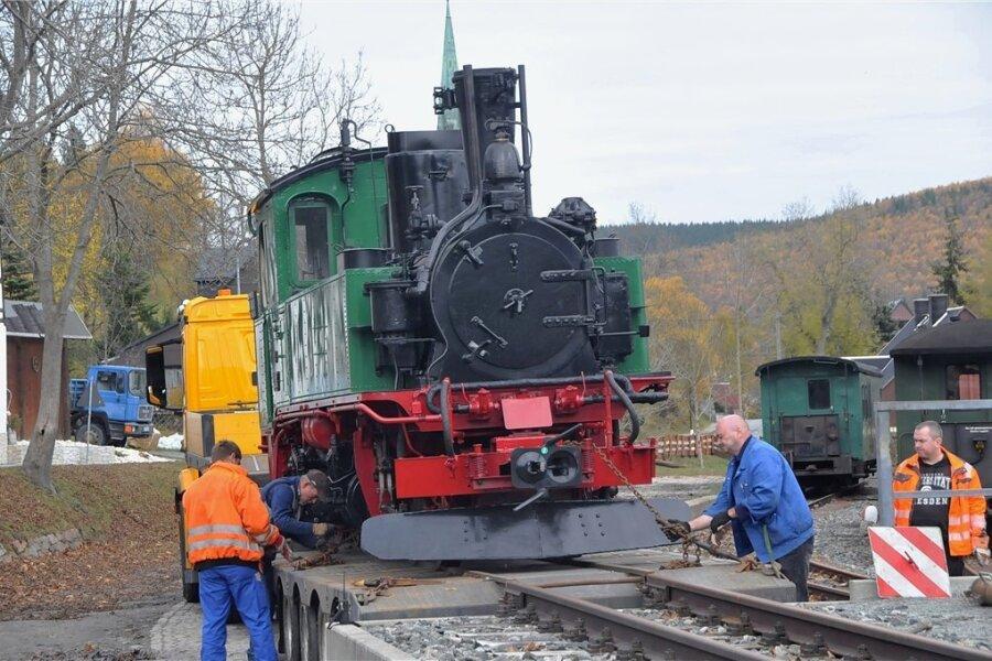 Ein Dampfross aus dem Hause Richard Hartmann Chemnitz, das seit 2000 für die Traditionsbahn Radebeul auf der Strecke der Lößnitzgrundbahn unterwegs ist, wird in Hammerunterwiesenthal von einem Lkw-Spezialtieflader abgeladen.