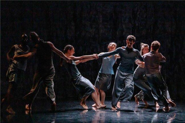 """Welche Kräfte kann eine Gruppe entwickeln, wie kann sie sich stützen und vorantreiben? Das Schweizer Ensemble Linga hat am Mittwochabend im Chemnitzer Schauspielhaus sein neues Stück """"Cosmos"""" gezeigt. Es befasst sich mit Gruppendynamik und gleichzeitiger Individualität."""