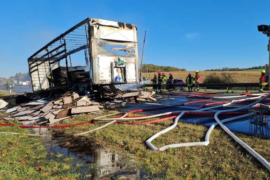 A 72 in Richtung Hof gesperrt: Lkw-Anhänger in Flammen