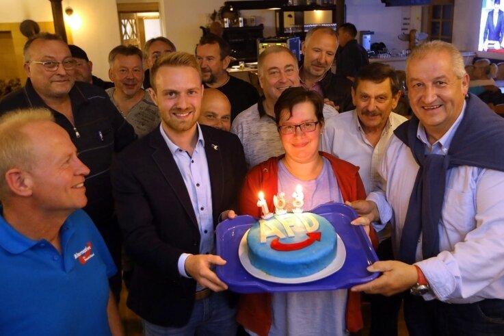 AfD-Kandidat Mike Moncsek (r.) feierte mit Freunden und Anhängern in Hermsdorf bei Oberlungwitz. Der 57-Jährige gewann im Wahlkreis das Direktmandat - nachdem es 19 Jahre lang CDU-Mann Marco Wanderwitz geholt hatte.