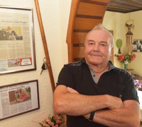 """Gert Weigelt ist seit vielen Jahren als Alleinunterhalter in Sachen Mundart unterwegs. In seinem Haus in Mauersberg sammelt er Beiträge über seine Auftritte wie diese, die in der """"Freien Presse"""" erschienen sind."""