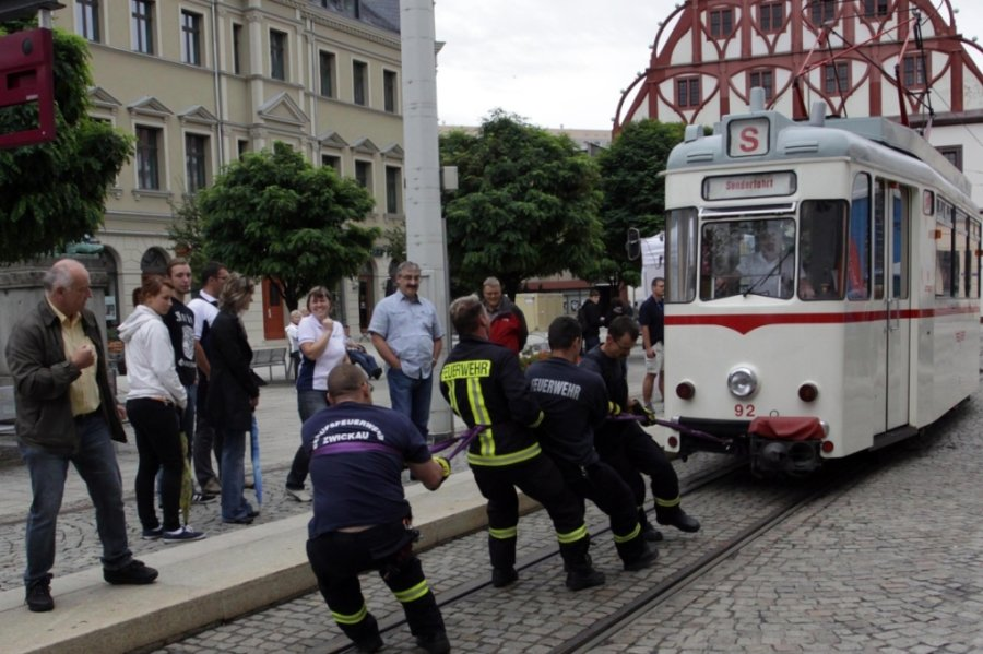 Beim Festival des Sports 2011: Die Teilnehmer des Straßenbahnziehens wie hier die Kameraden der Berufsfeuerwehr Zwickau mussten die 12,5 Tonnen der historischen Straßenbahn bewegen.