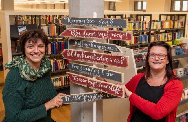 Carmen Haubold und Mandy Uhlemann (r.) vom Team der Bücherei freuen sich über die Auszeichnung.