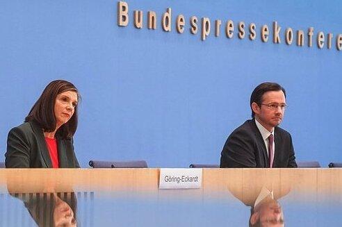 Standen der Bundespressekonferenz Rede und Antwort: Für die SPD Dirk Wiese (r.), für die Grünen Katrin Göring-Eckardt und Marco Buschmann für die Liberalen.