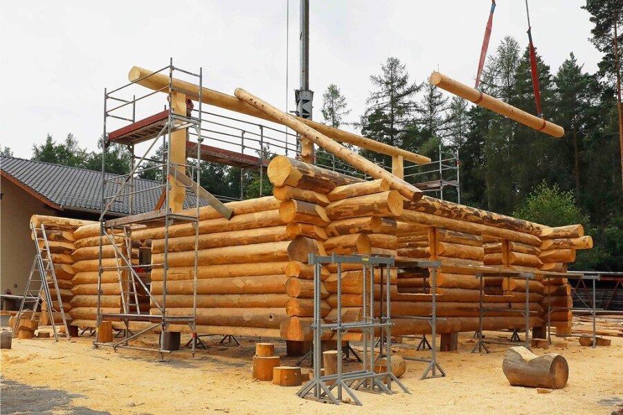 In Langenbernsdorf entsteht das Blockhaus für die künftige Waldschule des Forstbezirks Marienberg an der Heinzebank.