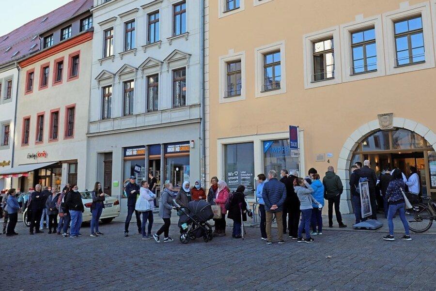 Schnell bildete sich vor der Impfstelle am Freiberger Obermarkt eine lange Schlange. Bis 15.30 Uhr hatten die Mitarbeiter des Malteser-Hilfsdienstes 100 Impfungen verabreicht, etwa 30 Personen warteten noch auf ihre Spritze.