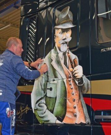 Cindy Hengst und Mirko Wendler (Foto) von der Werbefirma WMS Thum haben die Karosse des Trucks mit dem Abbild Anton Günthers versehen.