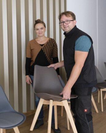 Dr. Matthias Weber und seine Frau Ramona räumen die Stühle in den Wartebereich der Praxis.