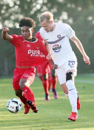 Sören Bertram (rechts) absolvierte am Samstag gegen den niederländischen Erstligisten Twente Enschede seine erste Partie für den FC Erzgebirge Aue.