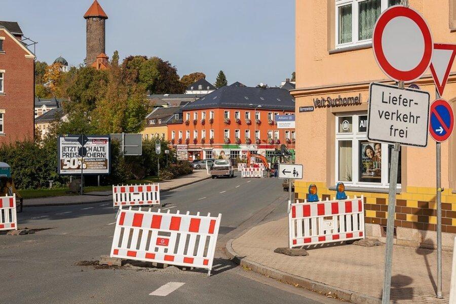 Die Fahrbahn der Breitscheidstraße zwischen Lauckners Kreuzung und Hainstraße wird erneuert. Außerdem entsteht ein Stück vor dem Eiscafé Venezia (Bildmitte) eine Verkehrsinsel. Der Liefer- und Linienverkehr läuft über die Hainstraße und wird per Ampel geregelt.