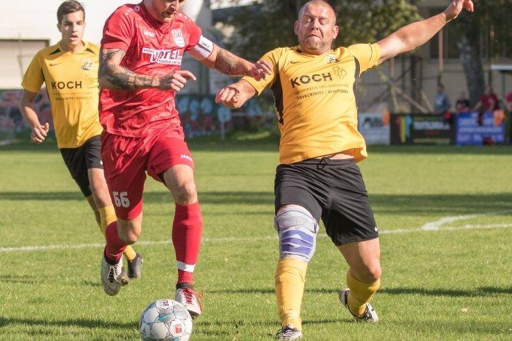 Zwei Treffer steuerte Jan Zimmermann (links) beim 6:1-Sieg seines VfB Plauen Nord gegen Wildenau bei. Wird es gegen Adorf wieder so torreich? Eric Schott (rechts) empfängt mit Wildenau Stahlbau Plauen.