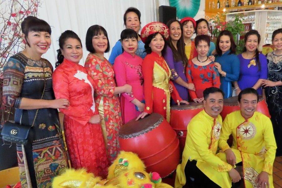 Die Mitglieder des Vereins der Vietnamesen empfingen in traditionellen Gewändern ihre Gäste im Kulturzentrum.