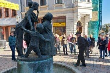 Die Tour führte auch am Klatschweiberbrunnen vorbei.