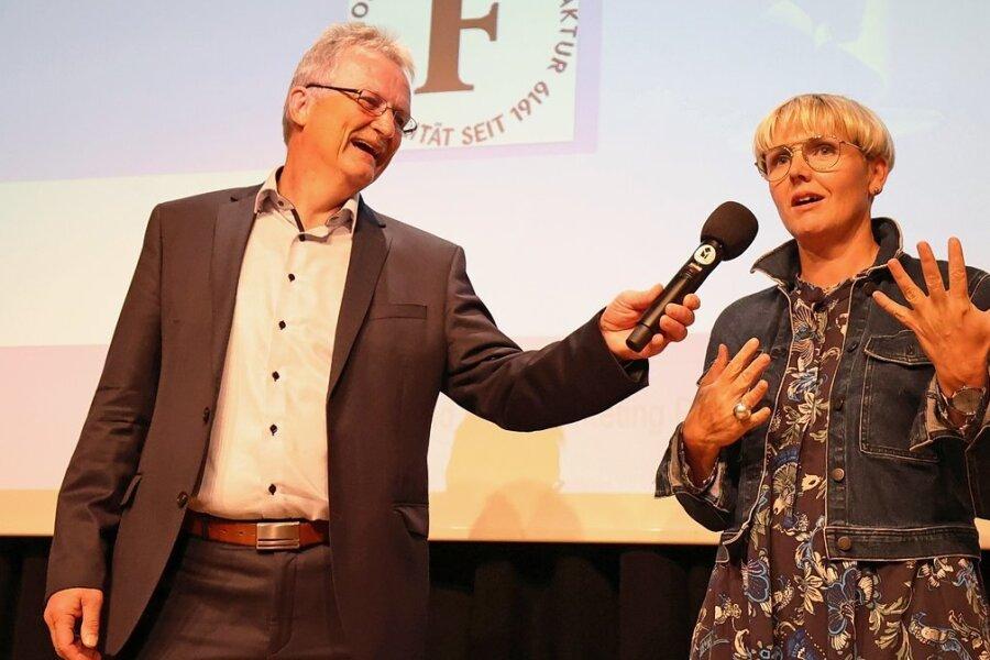 Verbandschef Peter Kober begrüßt Nadja Behmel von Fritsch Orthopädie als eine von 13 neuen Mitgliedern im Stadtmarketingverband.