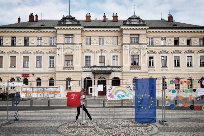 An dieser Stelle vor dem Bahnhof verläuft die Grenze zwischen dem slowenischen Nova Gorica und dem italienischem Gorizia. Dort gab es in der Pandemie zeitweise Einschränkungen.